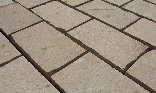 una pavimentazione di mattoni in in pietra