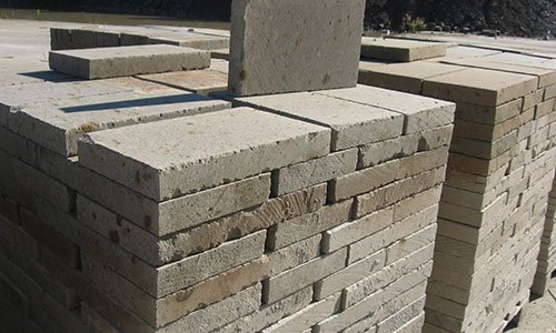 un muro di mattoni in pietra
