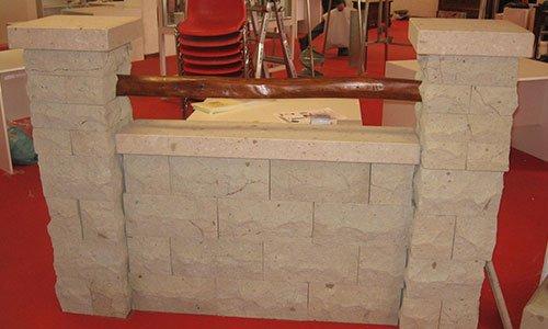 una piccola realizzazione in mattoni di pietra con due colonne ai lati e un bastone di legno in mezzo che congiunge le due colonne
