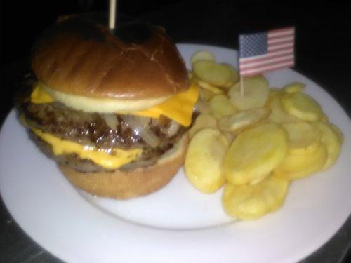 hamburger con patatine e bandiera americana