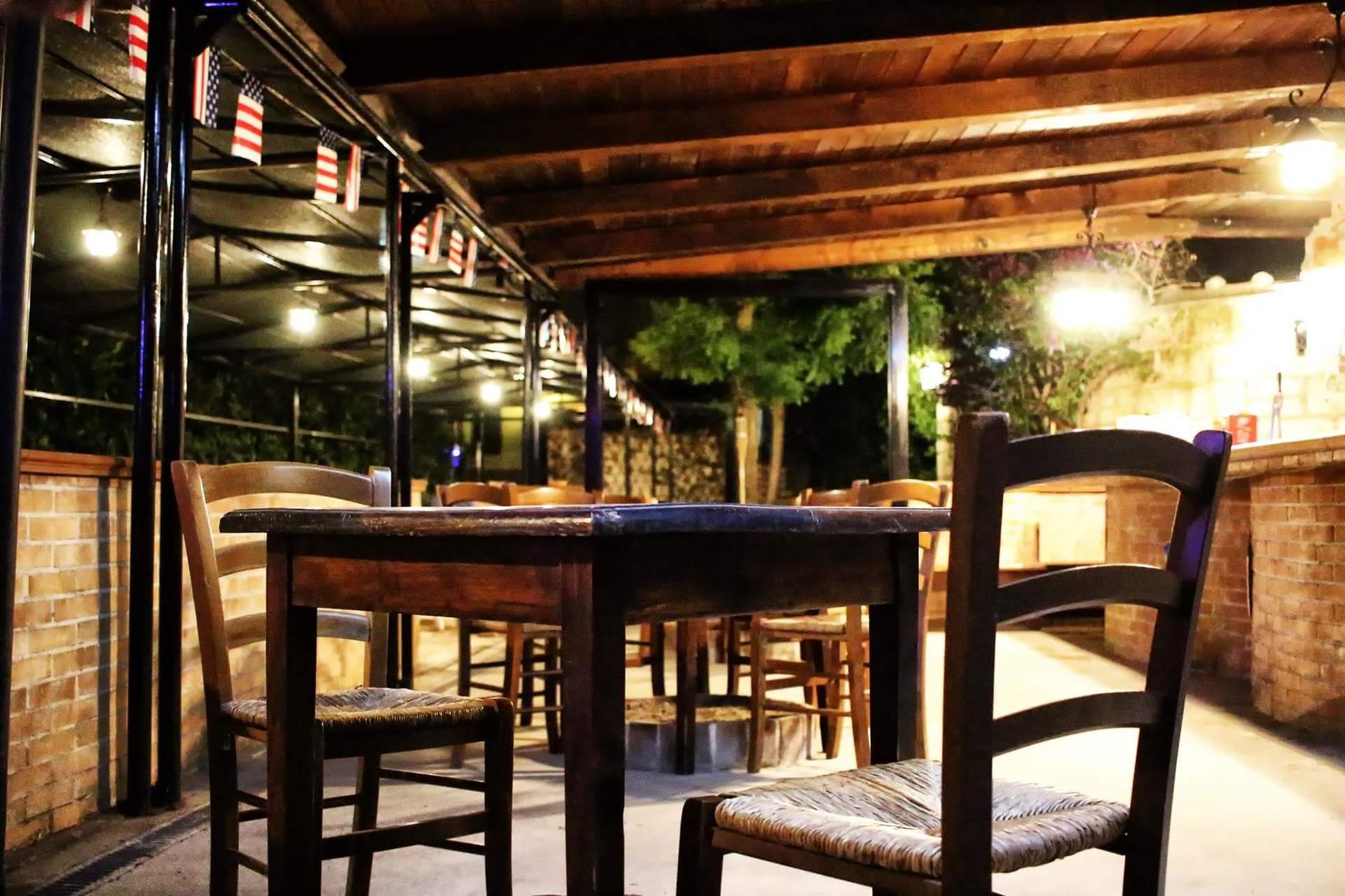 primo piano dei tavoli del pub