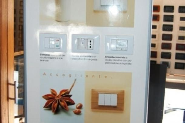 assortimento di prese elettriche di diverse misure e colore