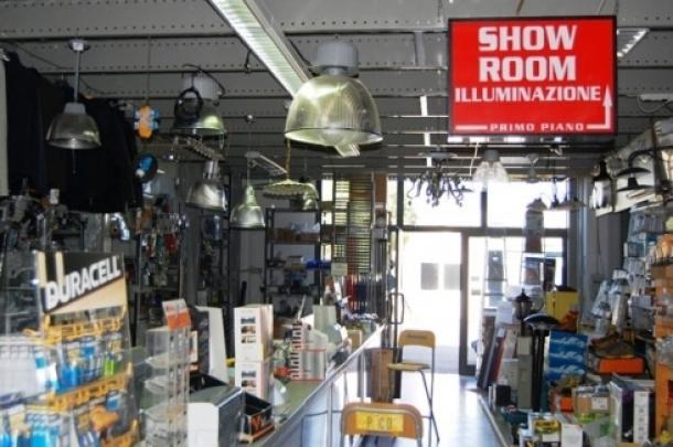 negozio di ferramenta con indicazione SHOWROOM ILLUMINAZIONE primo piano