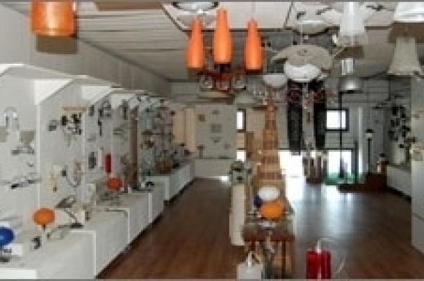 vista frontale di un corridoio con lampade e lampadari di ogni modello e forma