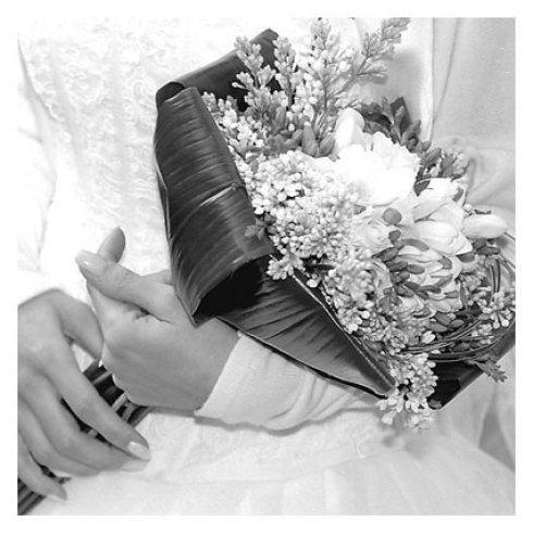 donna tiene in mano mazzo di fiori