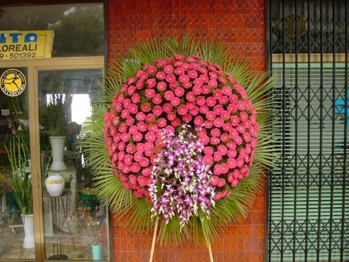 allestimento di fiori rosa per funerale