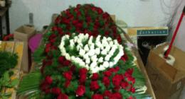 decorazione di rose per cofano funebre