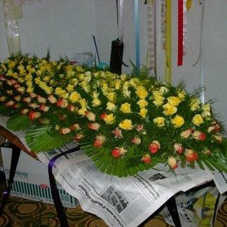 decorazione floreale per cofano funebre