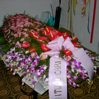 allestimento di fiori misti per cofano funebre