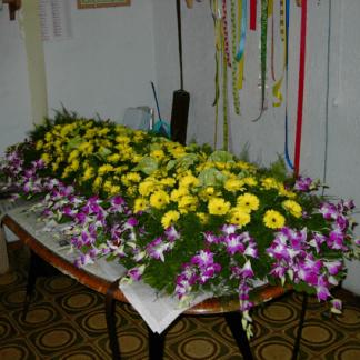 allestimento di gerbere e orchidee per cofano funebre