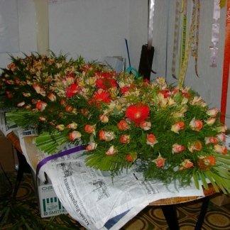allestimento di rose per cofano funebre