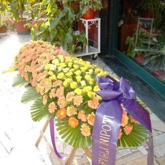 allestimento di fiori per cofano funebre