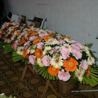 allestimento floreale per cofano funebre