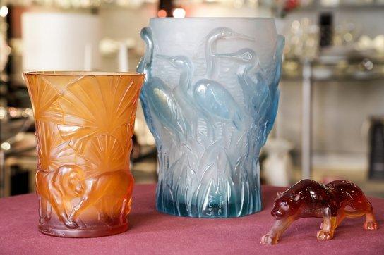Due bicchieri in vetro lavorato arancione e azzurro