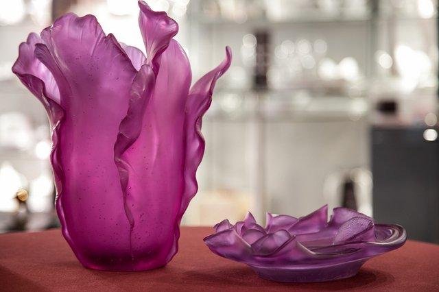 Vaso e piattino decorativi in cristallo colorato fuchsia
