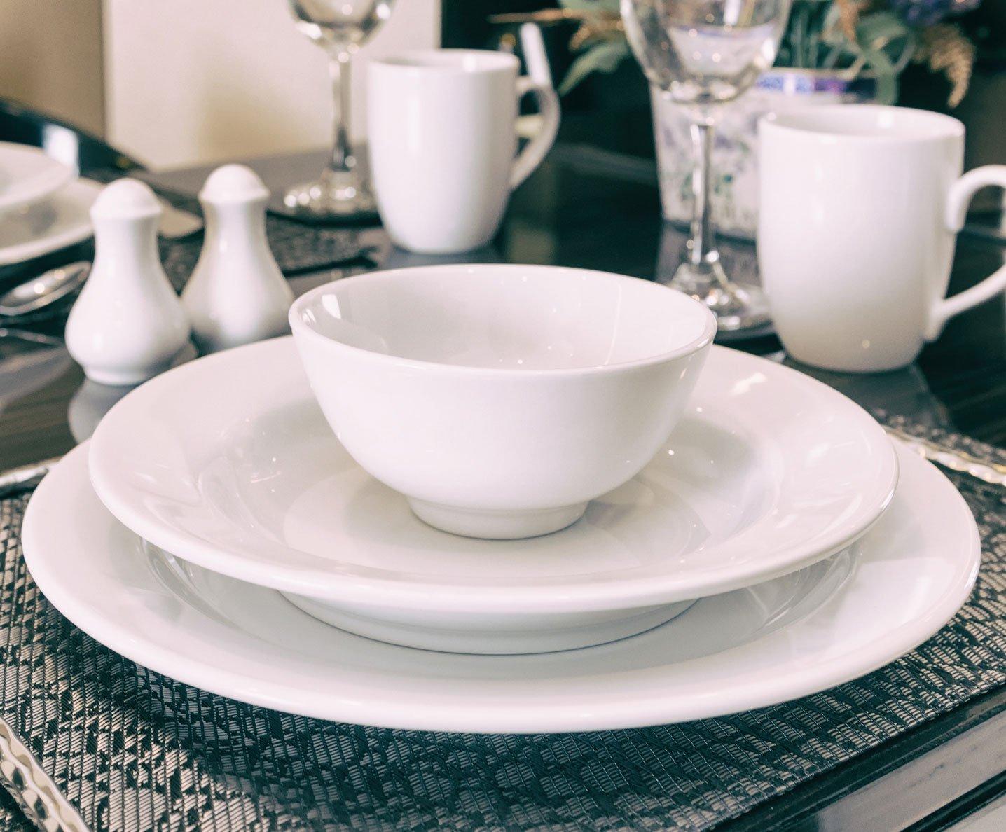 Set di tè di ceramica blu con fiori bianche