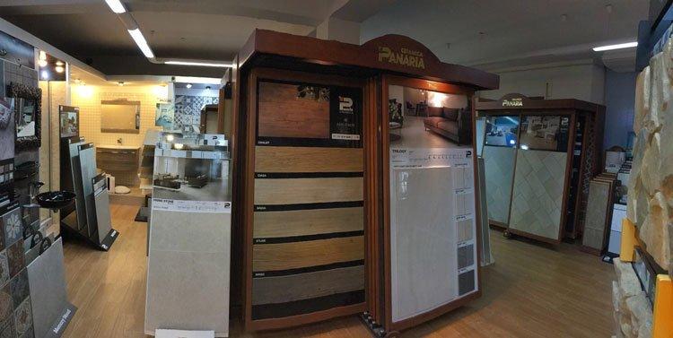 interno del negozio con degli esempi di parquet e altro