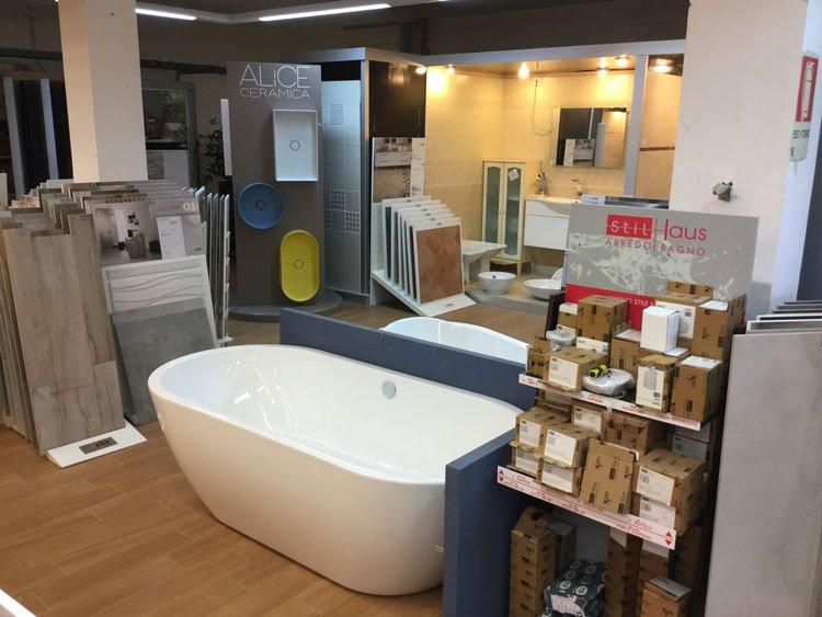 una vasca da bagno e altro materiale accanto
