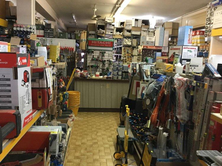 interno di un negozio di ferramenta