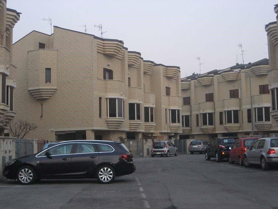 Edificio di due piante con balconi e finestre con forme che ricordano un castello