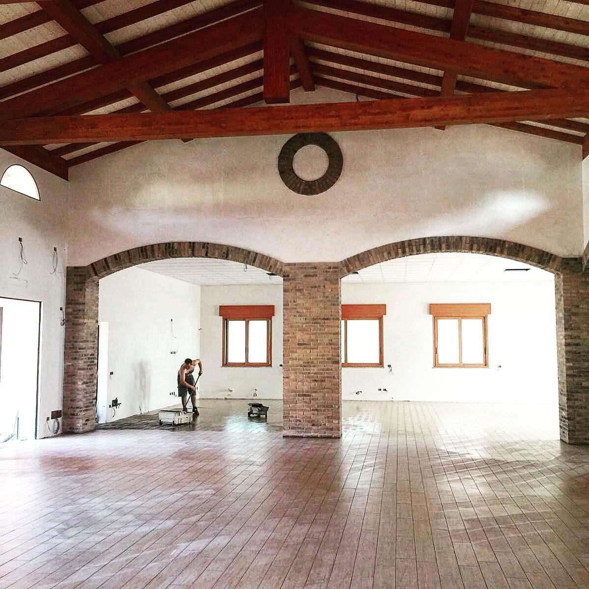 Ripulendo il interno di un edificio con il suolo ricostruito
