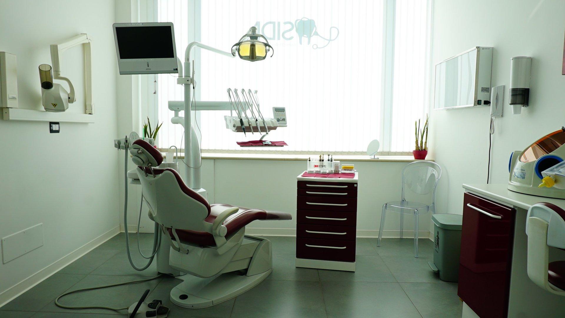 poltrona dentista con armadio e attrezzatura