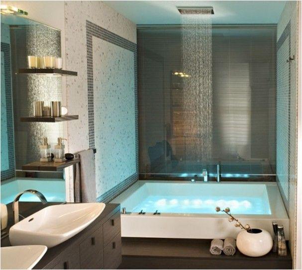 bagno con doccia di lusso e vasca idromassaggio