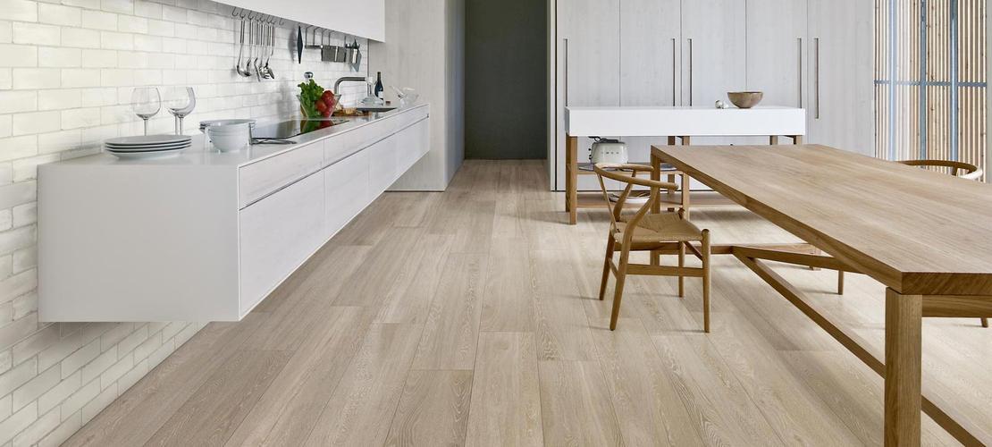 salotto con pavimento in legno