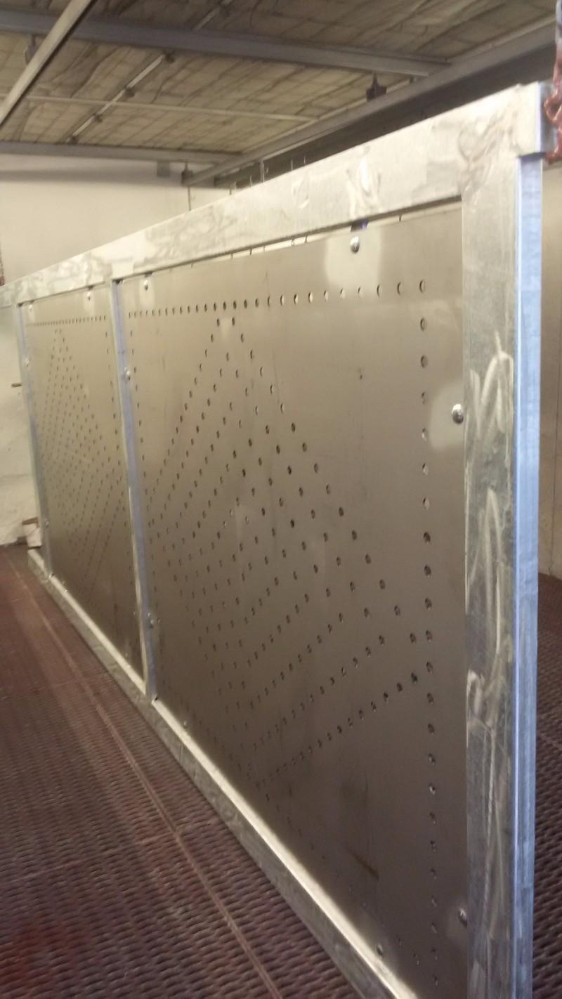 Porta di sicurezza terminata appeso per essere levigata e faraone
