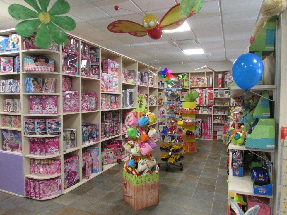 un banco, un monitor e altri articoli in un negozio di giocattoli