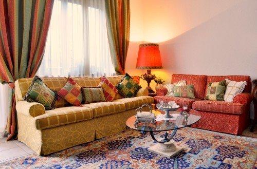divani tappeto e tendaggi colorati