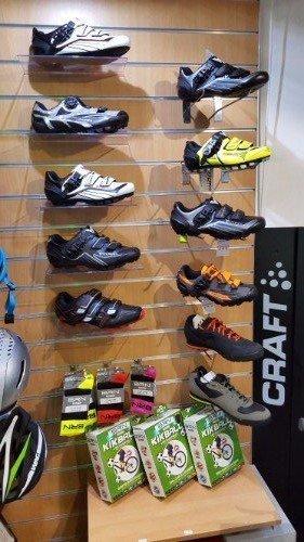 Vari modelli di calzature ciclista che adegua al pedale