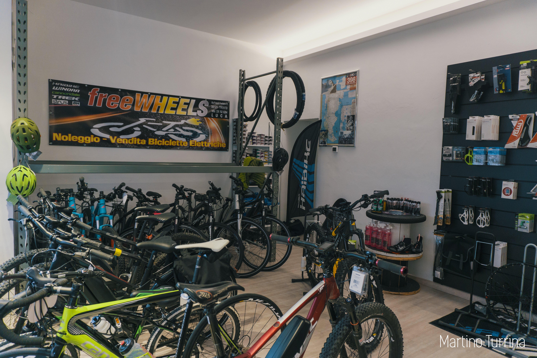 interno negozio con biciclette