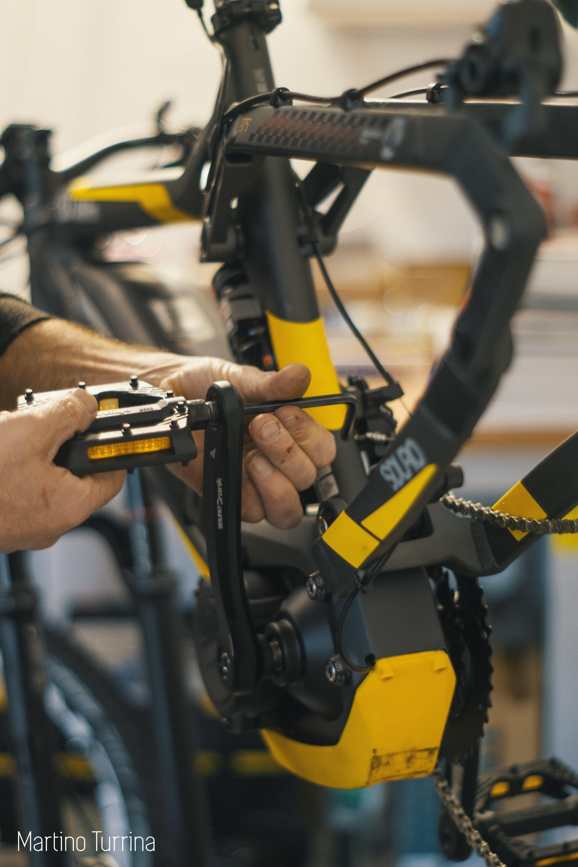uomo che ripara bici