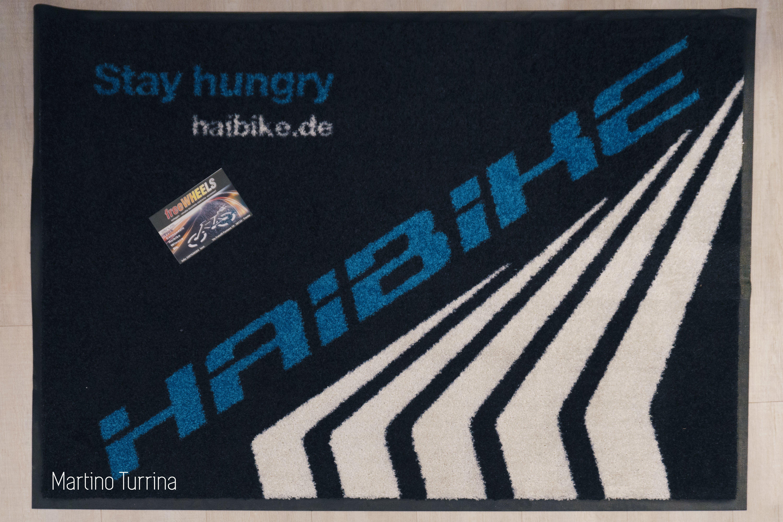 scritta blu haibike.de su sfondo nero