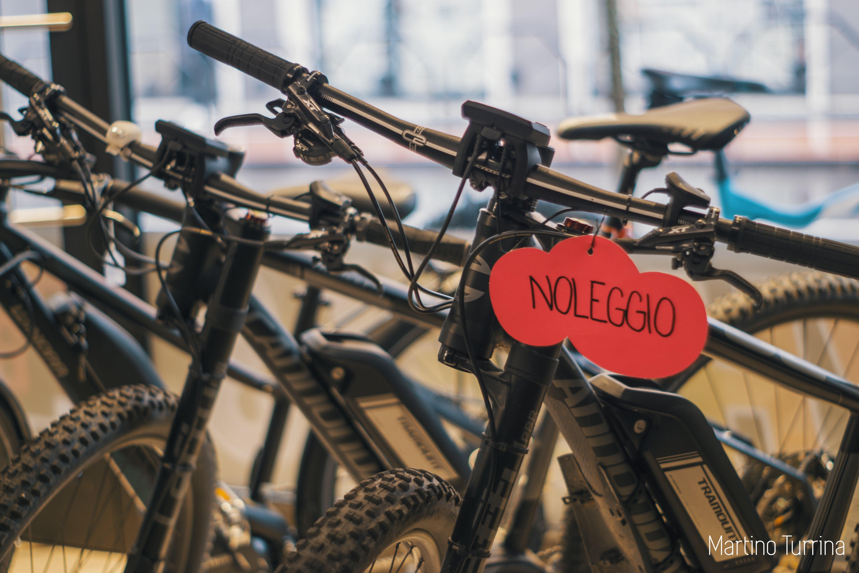 bici esposte con cartellino