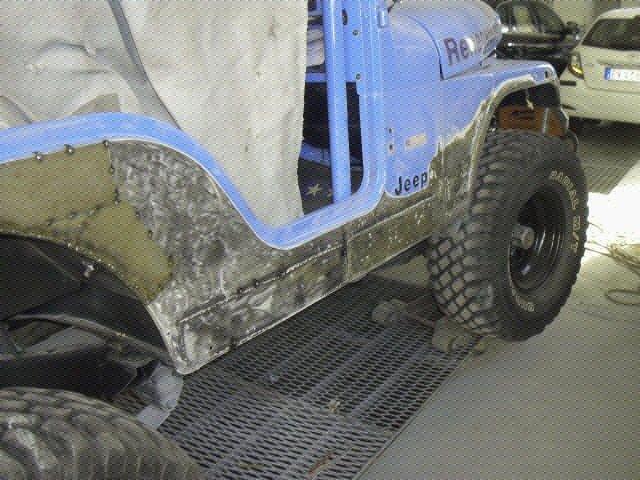 Una jeep sporca di fango