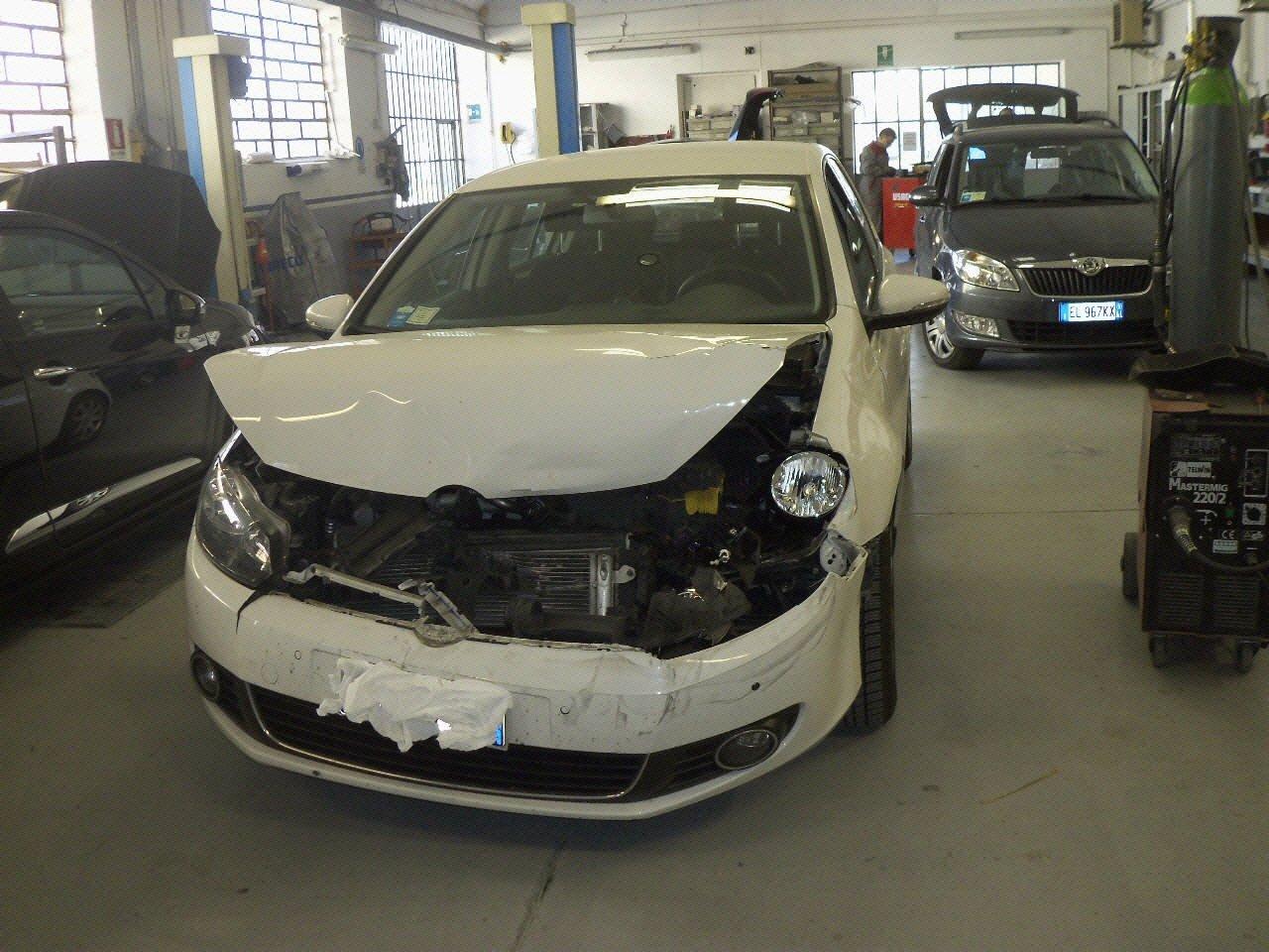 Una macchina con il cofano distrutto