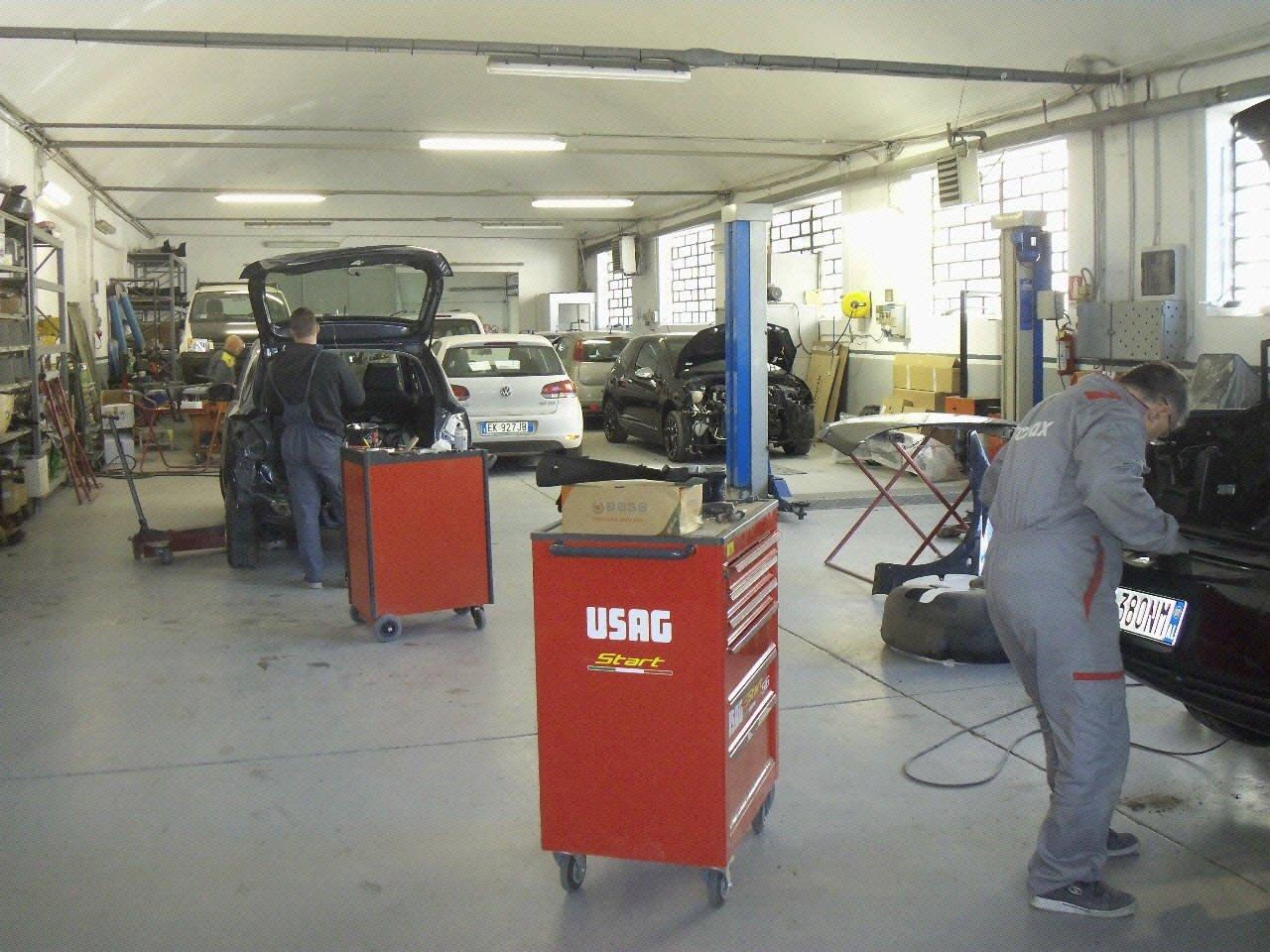 Meccanici al lavoro in officina