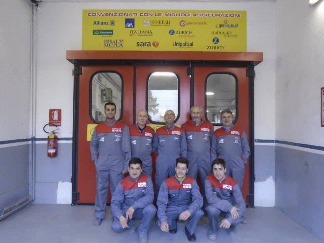 Lo staff di meccanici in posa