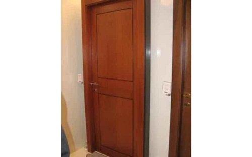 Una porta marrone