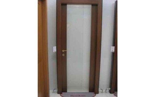 una porta marrone scuro con un vetro al centro