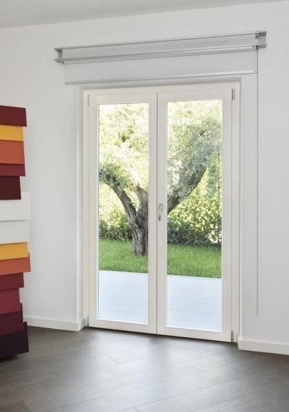 Una porta finestra di color bianco