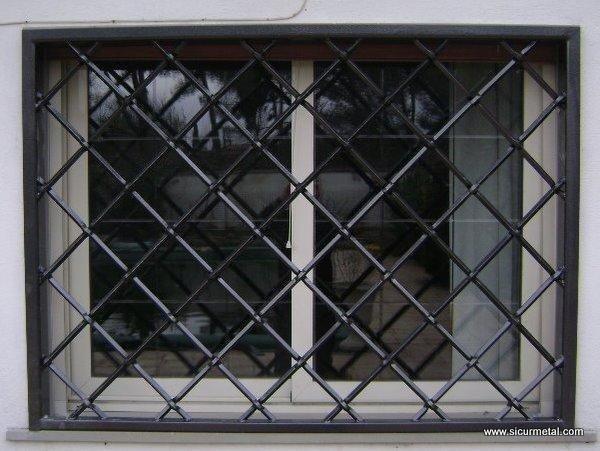 Una griglia nera a una finestrella