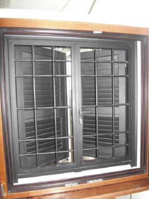 Una finestrella con persiane e una griglia