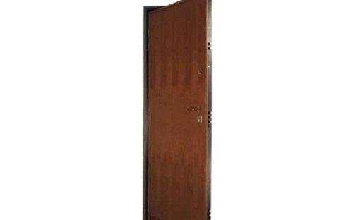 Una porta blindata color marrone