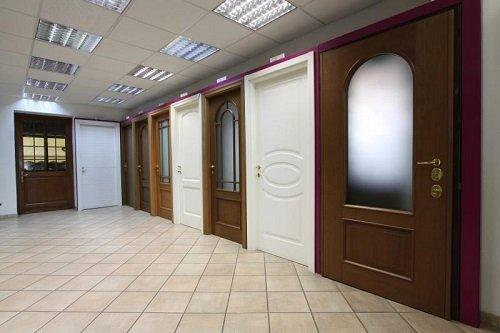 Delle porte in legno di colore marrone e bianco