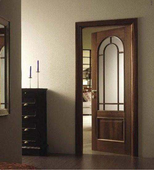 Una porta in legno marrone e vetro semi aperta