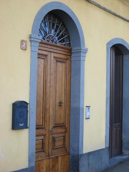 portale con capitelli in pietra lavica bocciardata