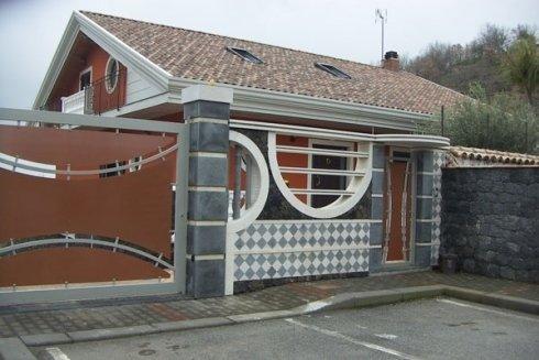 Realizzazione di decorazioni a mosaico per muri interni ed esterni.